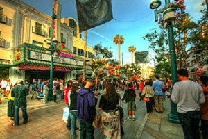 Santa Monica 3rd Street Promenade 300x200 One Day in Santa Monica Place, The Modern Looking Paradise