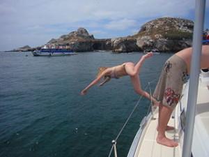 Woman_diving_off_a_boat marieta island