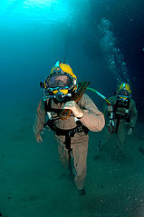 diver_walks_across_the_seabed